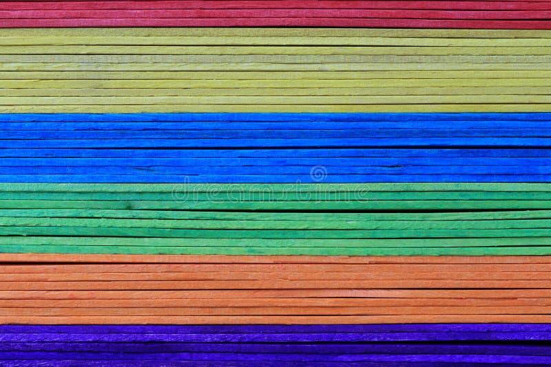 La superficie delle plance di legno variopinte ha impilato il fondo fotografia stock libera da diritti
