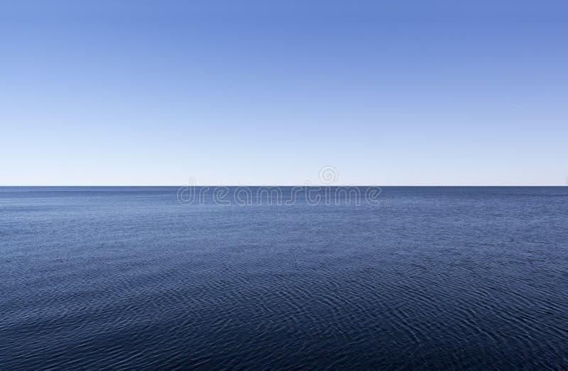 La superficie lisa del océano foto de archivo