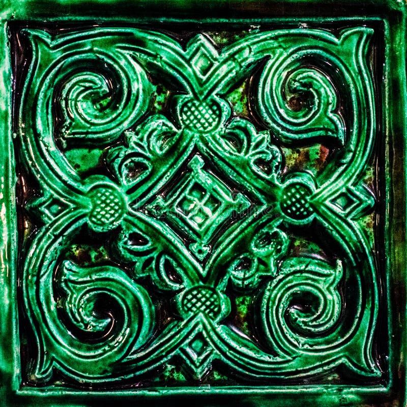 La superficie piastrellata della fornace mattonelle verdi sulla superficie del piatto Fondo Struttura immagini stock