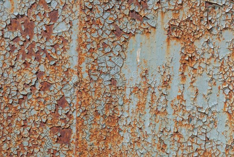 La superficie pintada del hierro con un oxidado grande y metal la corrosión, la pintura saltada, el viejo fondo con la peladura y imagen de archivo