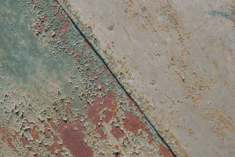 La superficie pintada del hierro con un oxidado grande y metal la corrosión, la pintura saltada, el viejo fondo con la peladura y imagen de archivo libre de regalías
