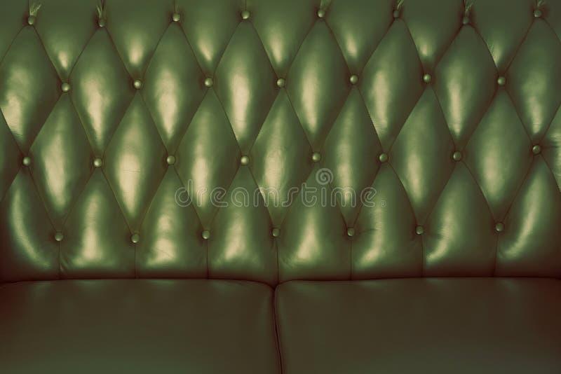 La superficie verde del cuero detrás del sofá foto de archivo libre de regalías