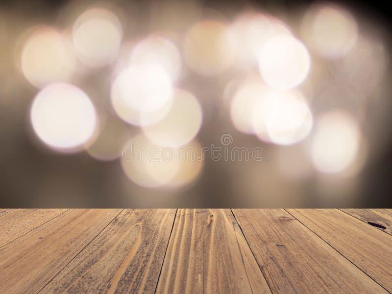La superficie vuota di legno con bokeh vago contesto accende il fondo, esposizione del prodotto fotografia stock libera da diritti