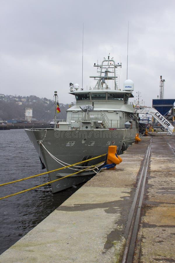 La superstructure et le pont de la roulette belge de bateau de la Marine ont amarré à quai chez Kennedy Wharf dans la ville de Co image stock