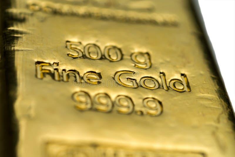 La surface de la barre d'or moulée pesant 500 grammes La texture de la surface de la barre d'or images libres de droits