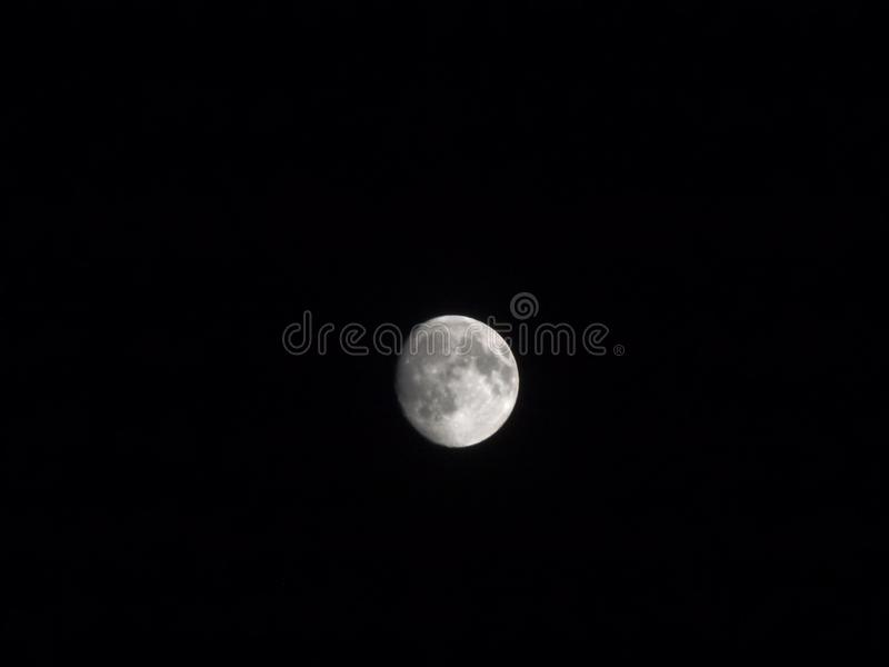 La surface lunaire pendant la nuit images stock