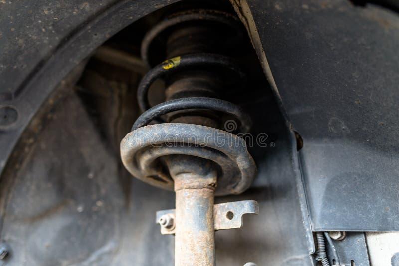 La suspensión delantera del coche visible de la parte inferior, de los muelles suspendedores y del amortiguador de choque imagen de archivo libre de regalías