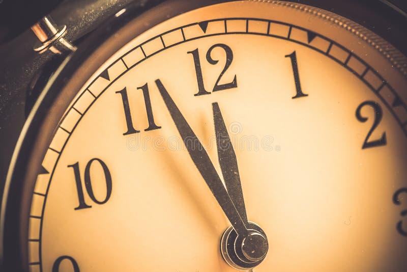 La sveglia d'annata di vecchio lerciume sta mostrando i movimenti di mezzanotte o di mezzogiorno immagini stock libere da diritti