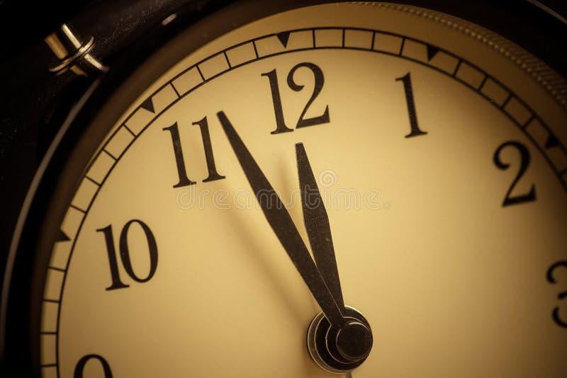 La sveglia d'annata di vecchio lerciume sta mostrando i movimenti di mezzanotte o di mezzogiorno fotografie stock