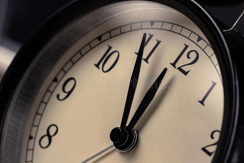 La sveglia d'annata sta mostrando il movimento di mezzanotte o di mezzogiorno i fotografia stock
