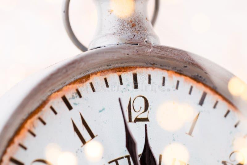 La sveglia d'annata sta mostrando la mezzanotte È dodici in punto, natale e bokeh, concetto festivo del buon anno di festa sopra immagini stock