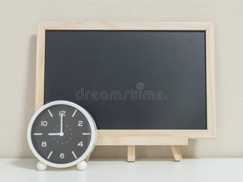 La sveglia del primo piano per decora l'orologio del ` di manifestazione 9 o con il bordo nero di legno sul fondo strutturato car immagini stock