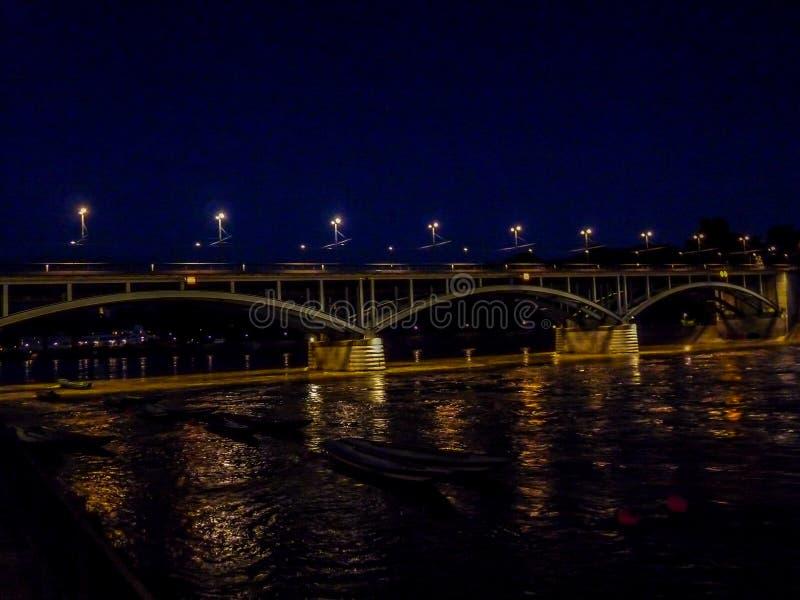 La Svizzera, Basilea, PONTE SOPRA il Reno CONTRO il CIELO in CITTÀ fotografia stock