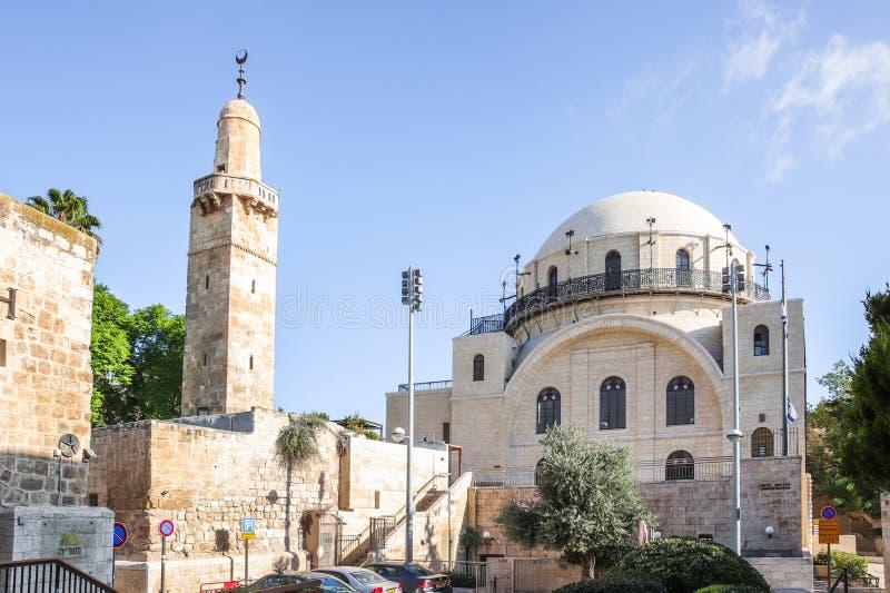 La synagogue de Hurva et le début de la matinée d'Omar Mosque de calife dans la vieille ville de Jérusalem images libres de droits