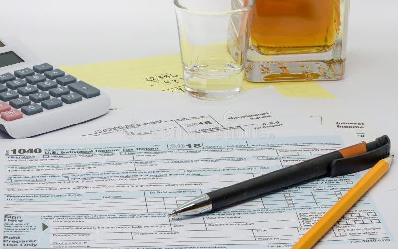 La tâche ingrate, frustrante et baissante de préparer la déclaration d'impôt annuelle images stock