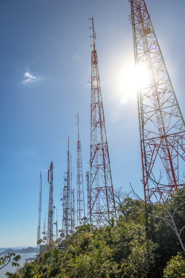 La télécommunication domine avec des antennes de TV chez Morro DA Cruz - Florianopolis, Santa Catarina, Brésil photographie stock
