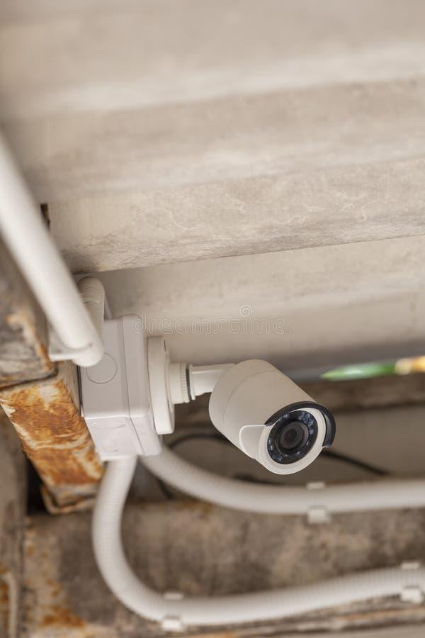 La télévision en circuit fermé blanche a monté sous le foyer peu profond de toit photo stock