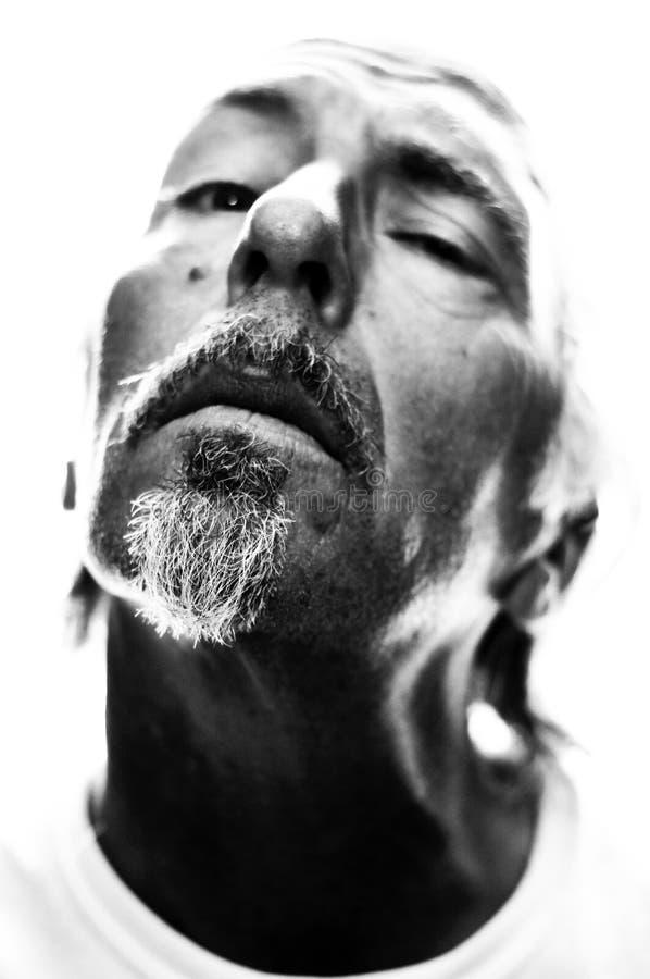 La tête masculine contrastée de portrait a incliné photo stock