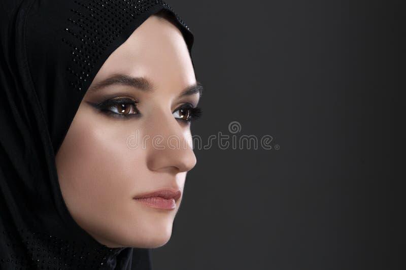 La tête musulmane assez jeune de femme a tiré au-dessus du fond gris images libres de droits
