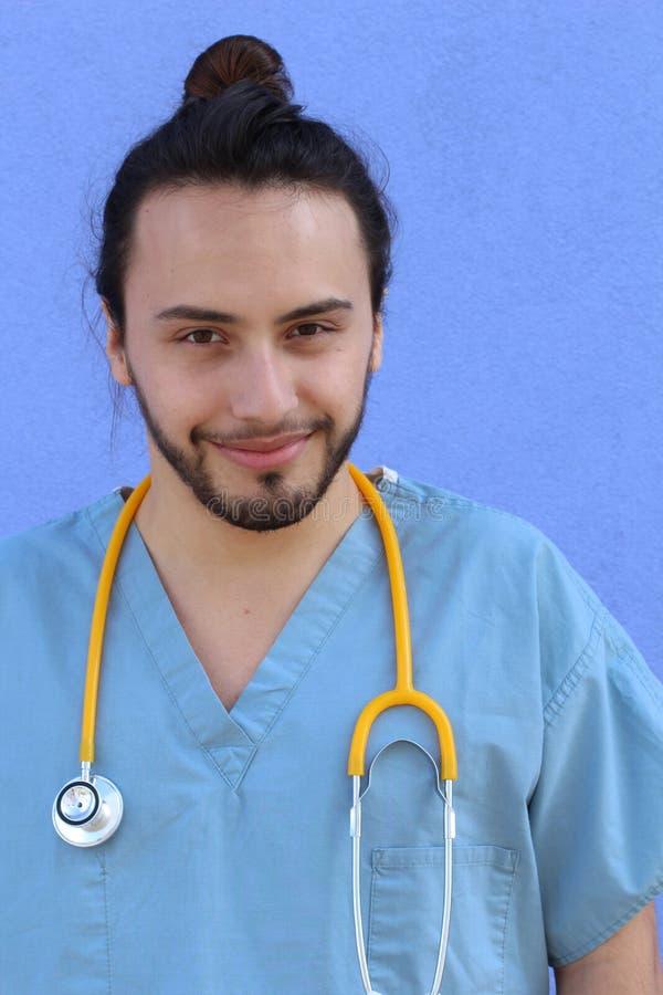 La tête verticale de plan rapproché a tiré le portrait du professionnel sûr de soins de santé photo libre de droits