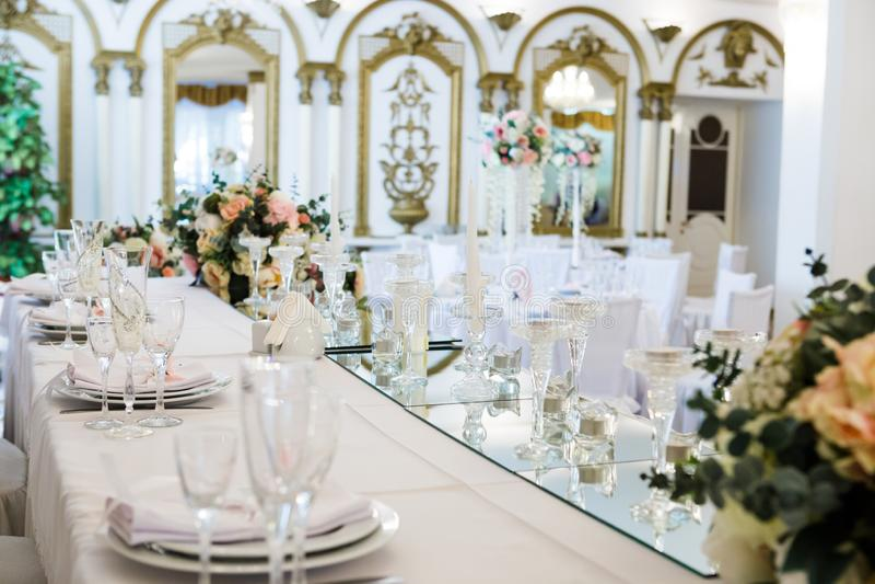 La Tabella è servito per la cena delle persone appena sposate in ristorante fotografie stock