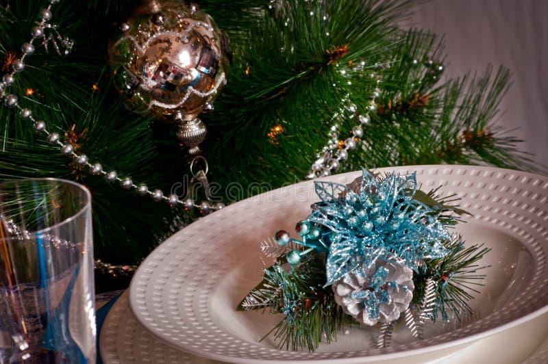 La Tabella ha messo per la cena di natale con il blu e l'argento della decorazione fotografia stock