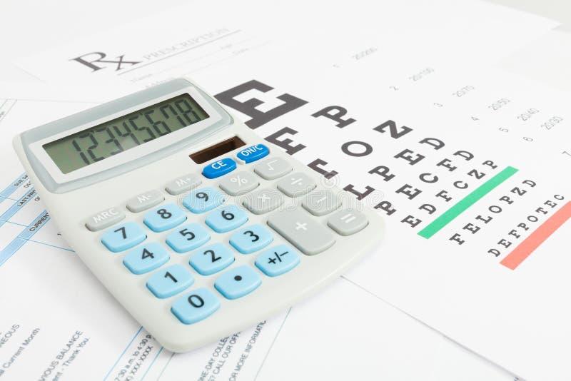La Tabella per la prova di vista e la prescrizione medica lo formano con il calcolatore ordinato serie fotografia stock
