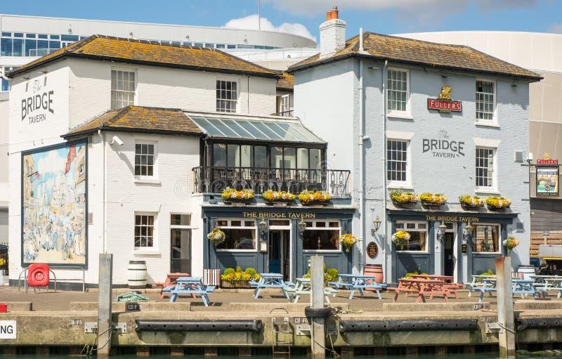 La taberna del puente en Portsmouth, Inglaterra foto de archivo