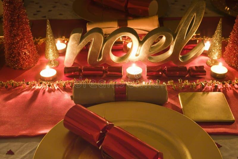 La tabla adornó rojo y el oro para el día de la Navidad imagen de archivo