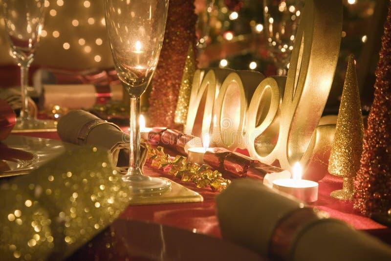 La tabla adornó rojo y el oro para el día de la Navidad imagen de archivo libre de regalías