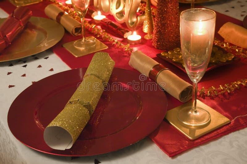 La tabla adornó rojo y el oro para el día de la Navidad fotografía de archivo libre de regalías