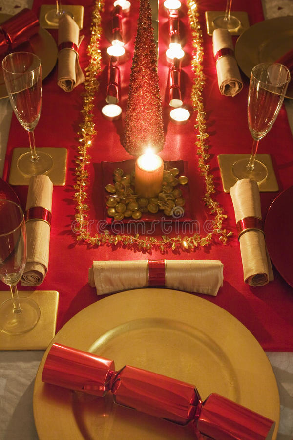 La tabla adornó rojo y el oro para el día de la Navidad foto de archivo libre de regalías