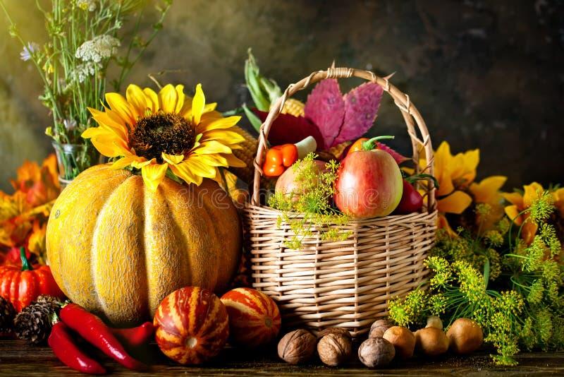 La tabla, adornada con las verduras y las frutas Festival de la cosecha Acci?n de gracias feliz Fondo del oto?o selectivo fotos de archivo