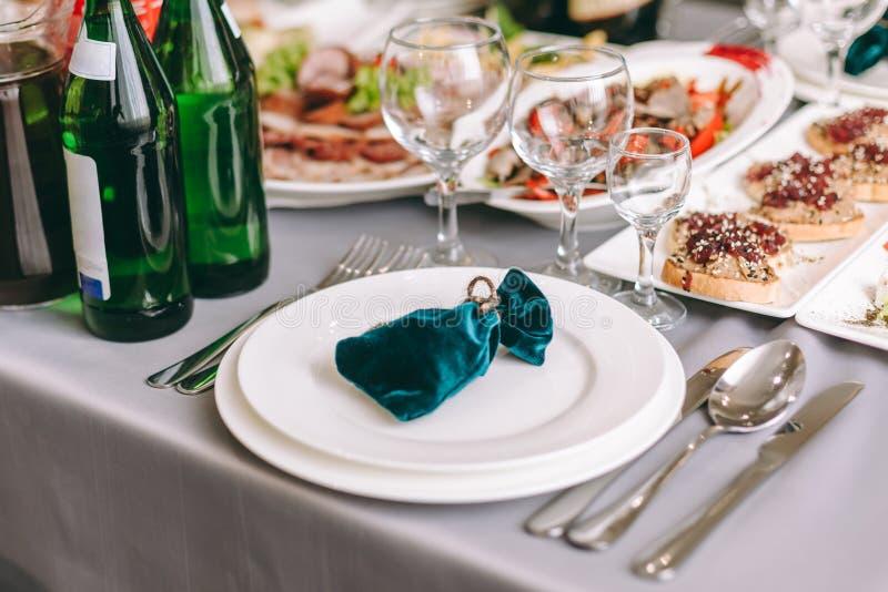 La tabla de banquete redonda sirvi? El interior del restaurante para la cena de boda, alista para las hu?spedes Adornado con el a fotografía de archivo