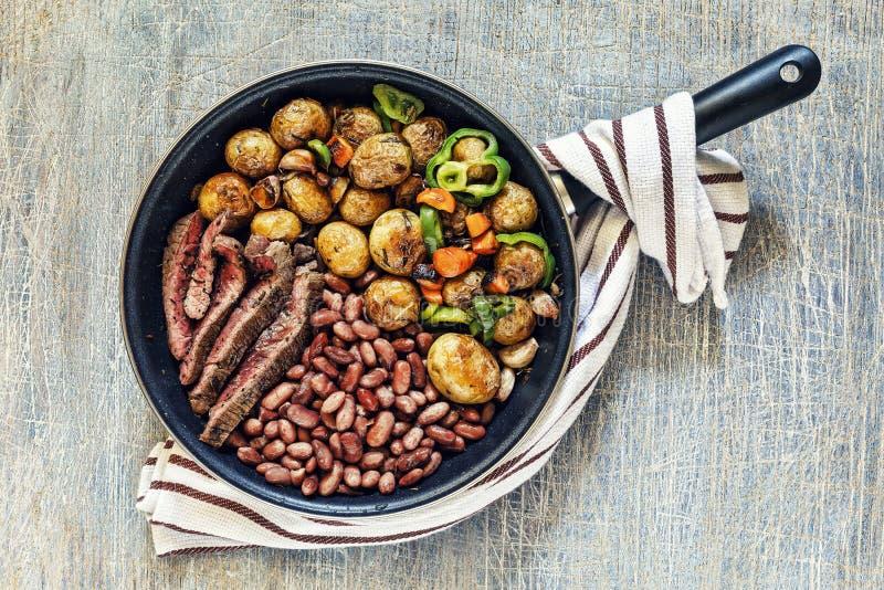 La tabla de cena, carne de vaca, cena, plato, comida, asada a la parrilla, carne, pimienta, filete, barbacoa, cocinó, visión supe fotografía de archivo