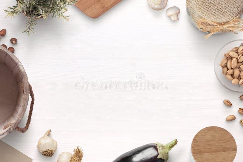 La tabla de cocina de madera blanca con los ingredientes y kithen artículos fotos de archivo