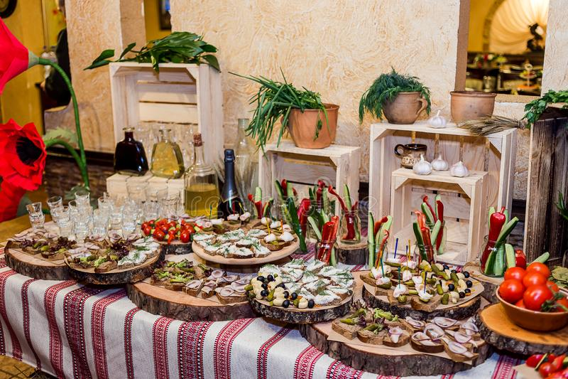 La tabla de comida fría del día de fiesta sirvió por diverso canape, bocadillos, SNA fotos de archivo
