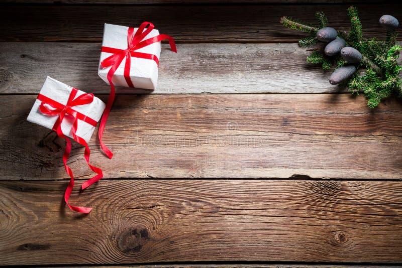 La tabla de la Navidad con los regalos y la copia espacian como fondo fotos de archivo libres de regalías