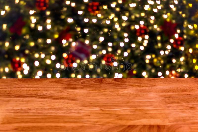 La tabla de madera delante del extracto empañó el fondo de luces fotografía de archivo libre de regalías