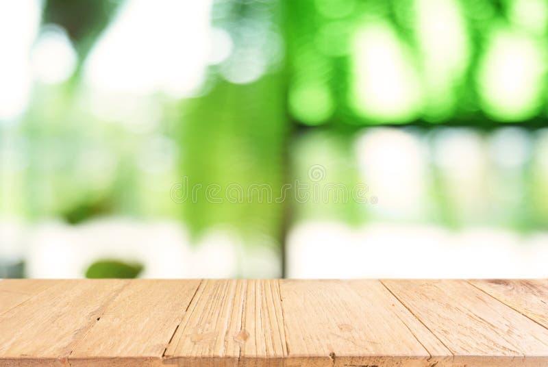 La tabla de madera oscura vacía delante del extracto empañó el fondo foto de archivo