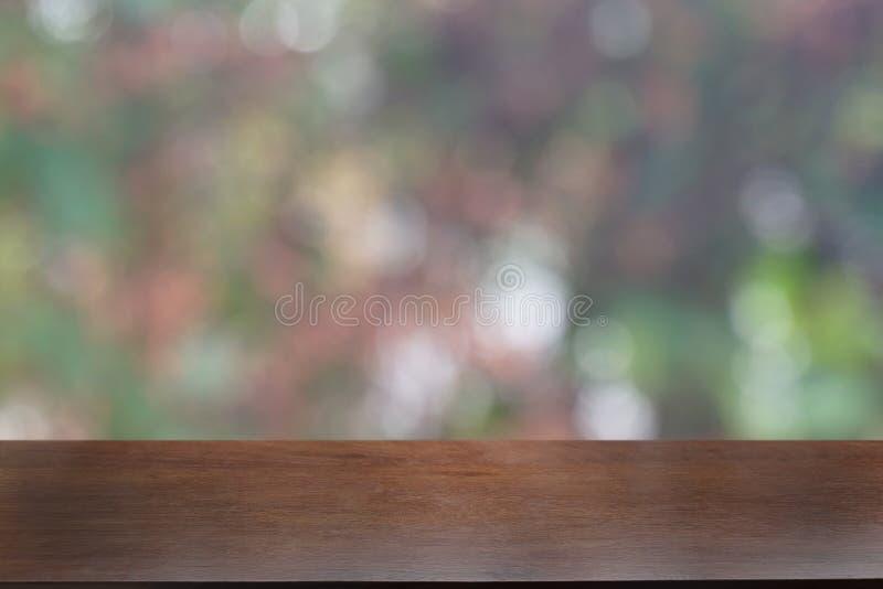 La tabla de madera oscura vac?a delante del extracto empa?? el fondo del bokeh del restaurante imagen de archivo