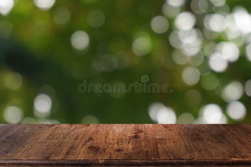 La tabla de madera oscura vac?a delante del extracto empa?? el fondo del bokeh del restaurante imagen de archivo libre de regalías