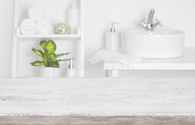 La tabla de madera sobre cuarto de baño borroso del salón del balneario deja de lado el fondo fotos de archivo libres de regalías