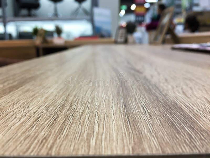 La tabla de madera vacía delante del extracto empañó el fondo de la oficina imagenes de archivo