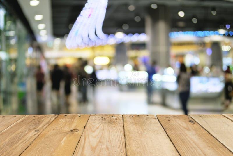 La tabla de madera vacía de marrón empañó el fondo de la alameda de compras, imagen de archivo libre de regalías