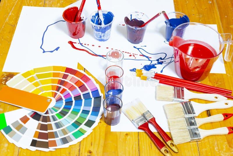 La tabla de trabajo del pintor y del decorador con la casa proyecta imagenes de archivo