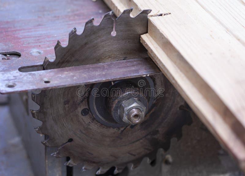 La tabla electrónica de la máquina de la carpintería vio, sostenido para cortar la plata del acero del metal foto de archivo