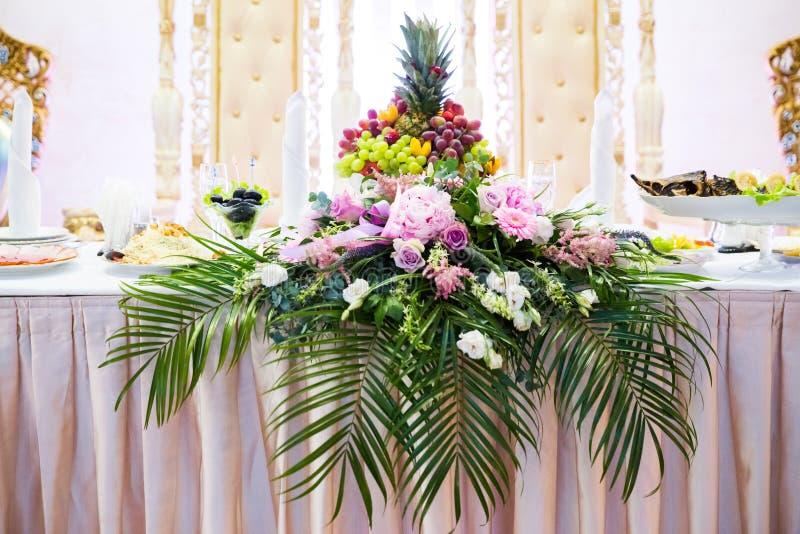 La tabla elegante con la boda de Flor de las flores fotografía de archivo libre de regalías