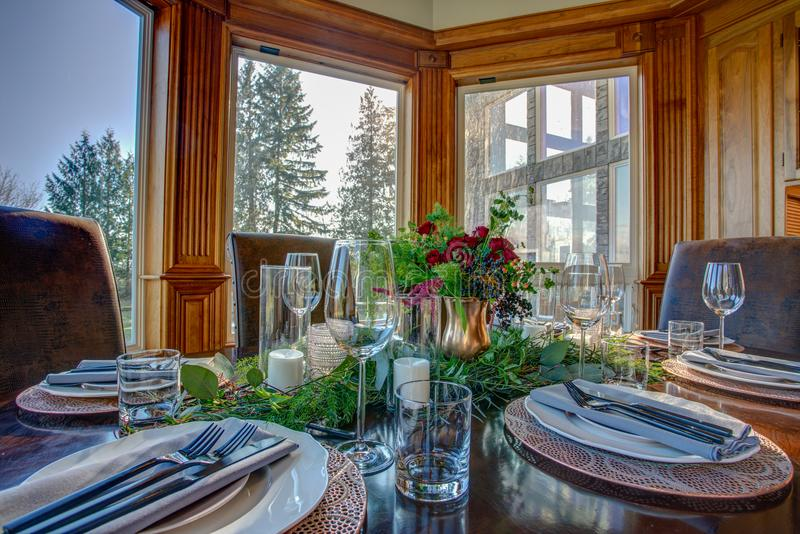 La tabla elegante fijó para la cena y la opinión hermosa de la ventana fotos de archivo libres de regalías
