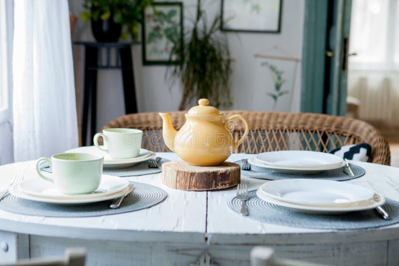 La tabla elegante fij? en interior moderno del comedor del estilo foto de archivo